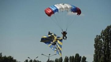 Воронежские спасатели-парашютисты начали учения в Ленинградской области