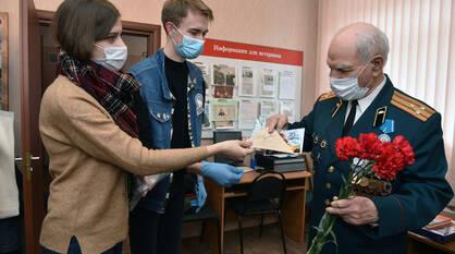 Как родные. «Волонтеры Победы» поздравили воронежских ветеранов с Днем защитника Отечества