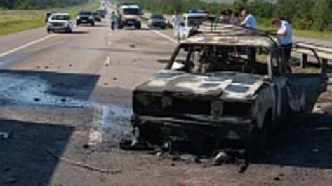 В Воронежской области в «ВАЗе» сгорели мужчина и женщина