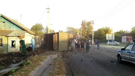 В Воробьевском районе из-за отказа тормозов опрокинулся грузовик со свеклой