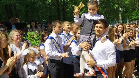 В Семилукском районе Последний звонок прозвенел для 502 выпускников