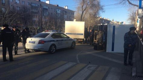 В центре Воронежа после ДТП перевернулся полицейский автозак