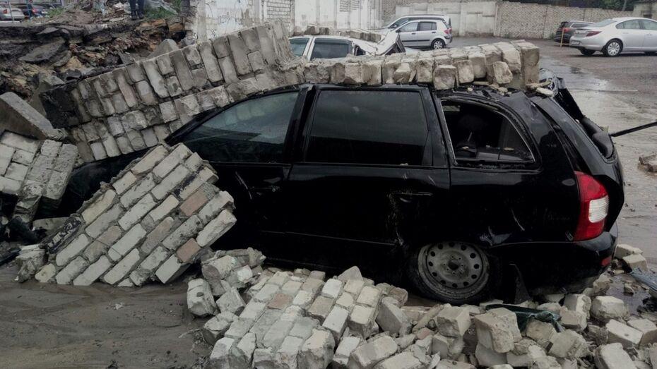 В Воронеже во время грозы кирпичный забор стоянки упал на припаркованные машины