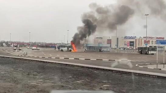 Дым от горящего автобуса у «Града» увидели в Воронеже