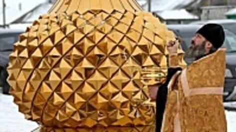 В аннинском селе подняли купола и освятили колокола строящегося храма