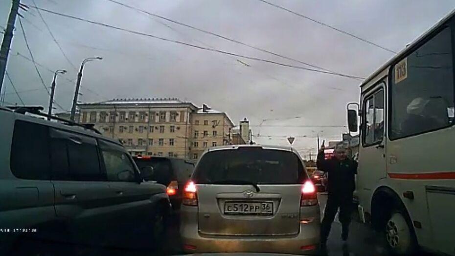 Вооруженное нападение на водителя маршрутки в Воронеже попало на видео