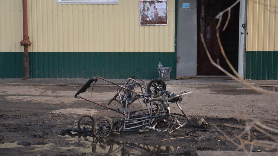 В подъезде поворинской трехэтажки сгорели коляски и санки