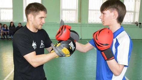 Чемпион мира по кикбоксингу провел мастер-класс для богучарских сирот