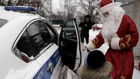 В Воронеже Дед Мороз покатал сына парализованной женщины на полицейской машине