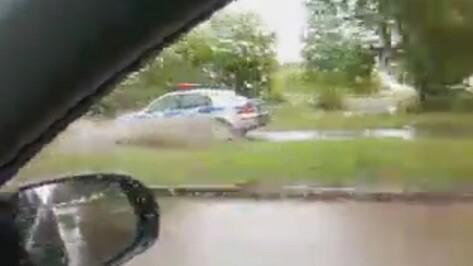 В Воронеже после дождя полицейские автомобили ездили по тротуарам, чтобы не утонуть (ВИДЕО)
