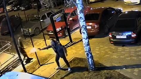Массовая драка со стрельбой в воронежском ЖК попала на видео
