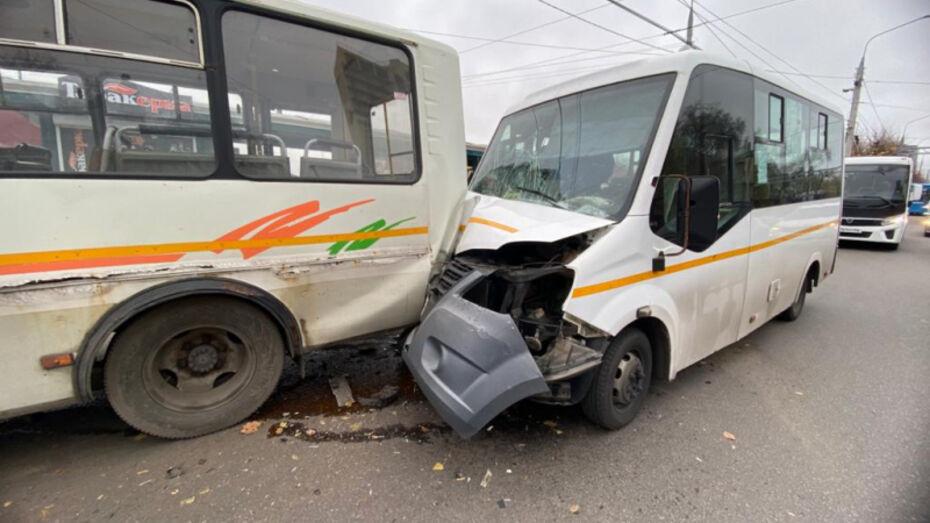Три человека пострадали при столкновении маршруток на остановке в Воронеже