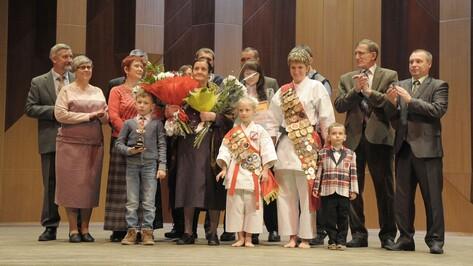 В Воронеже 15 многодетных матерей получили премию «Пьедестал почета»