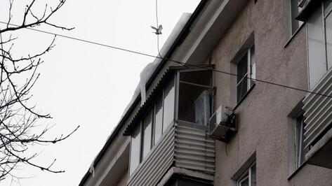 В Ленинском районе Воронежа ледяная глыба упала на мужчину
