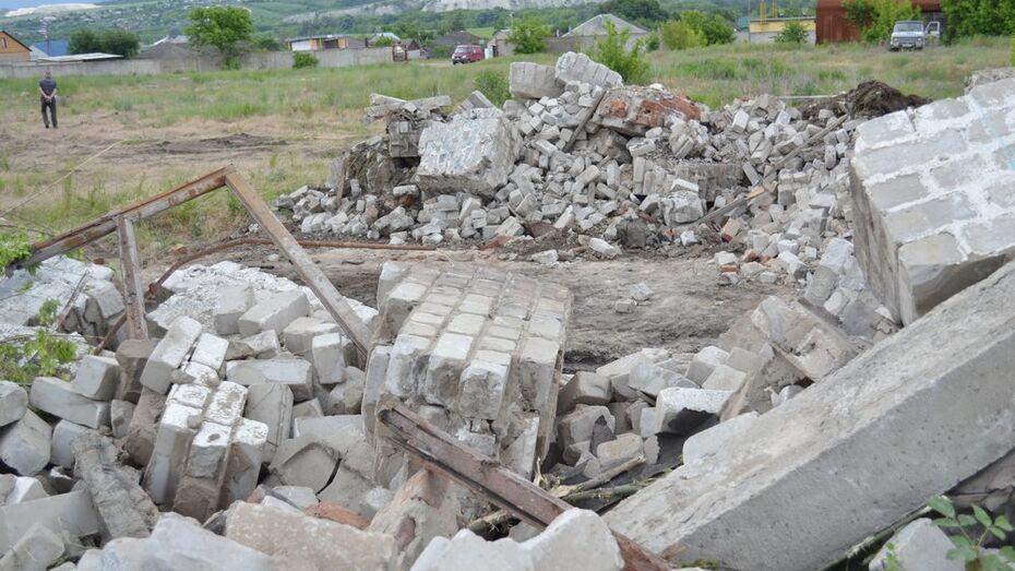 После гибели ребят под завалами в воронежском селе Копанище начали сносить заброшенные здания