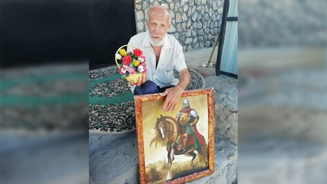 Художник-самоучка из Воробьевского района написал около 200 картин и икон