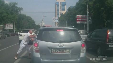 В Воронеже водитель «Порше» без номерных знаков пытался разбить машину семейной пары из Москвы