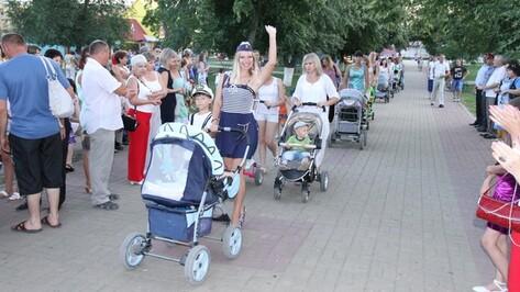 Богучарцы отметили День семьи, любви и верности парадом колясок