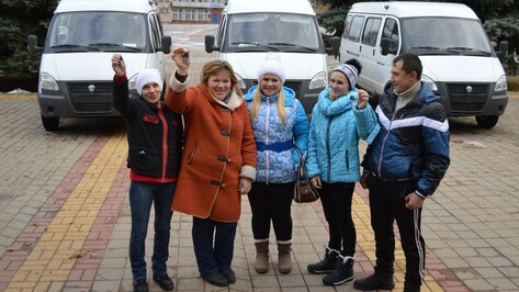 В Эртильском районе 3 многодетные семьи получили микроавтобусы
