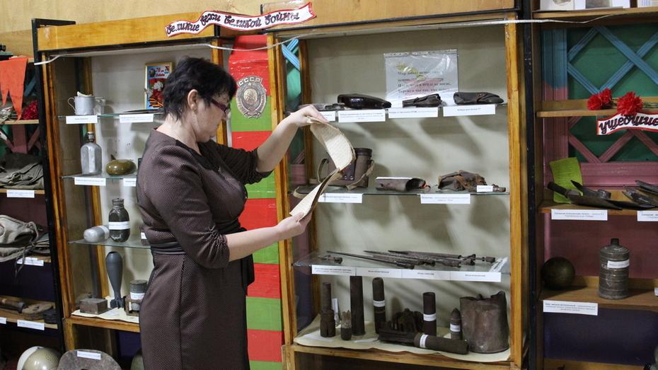Подгоренец передал в детскую библиотеку найденные на чердаке 27 фронтовых писем