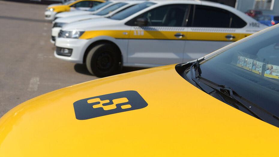 В Воронеже таксист стал жертвой пьяных клиентов