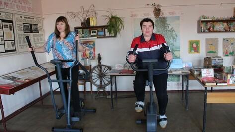 В сельской библиотеке Каменского района установили спортивные тренажеры