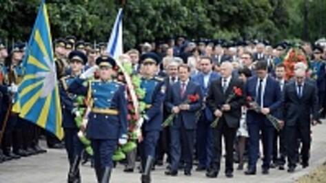 В Воронеже ветераны, силовики и представители власти возложили цветы к могиле Неизвестного солдата