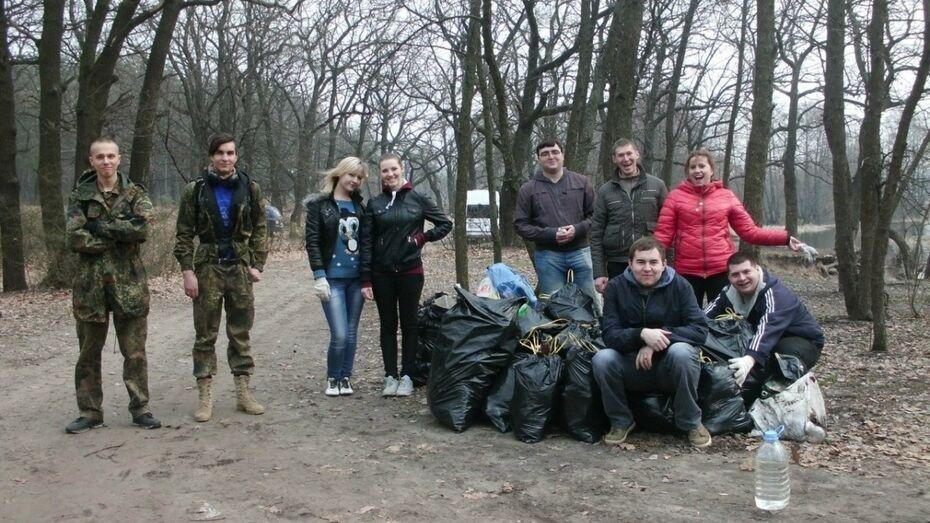 Воронежские студенты вывезли с берега Усманки 30 мешков мусора