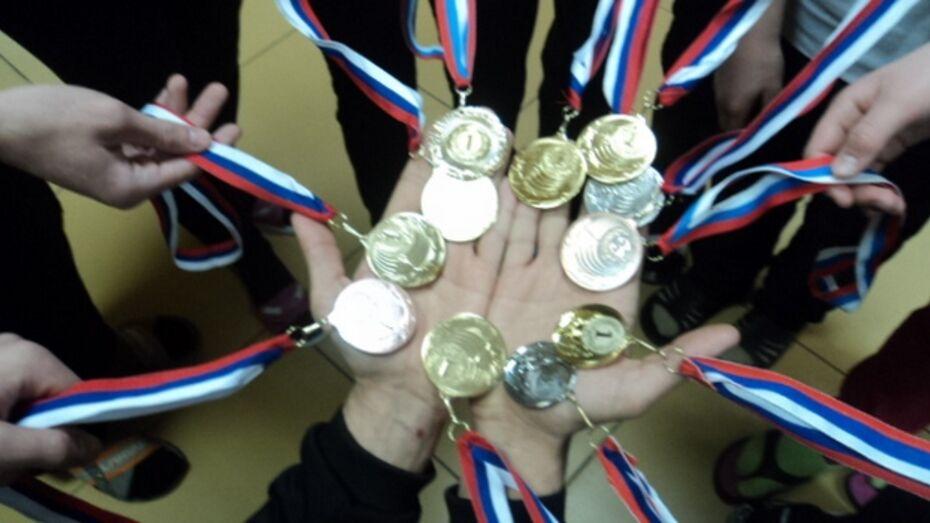 Хохольские школьники завоевали 12 медалей на областных соревнованиях по плаванию