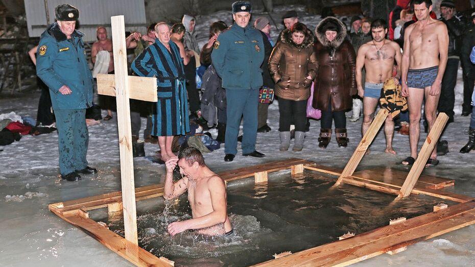 Более 700 бобровчан окунулись в крещенскую воду