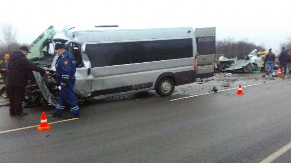 Две девочки пострадали в ДТП микроавтобуса и иномарки в Воронежской области