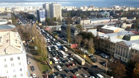 После перекрытия виадука на улице 9 Января Воронеж встал в огромной пробке