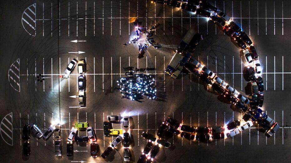 В Воронеже автомобилисты к 1 Мая выстроили серп и молот из машин
