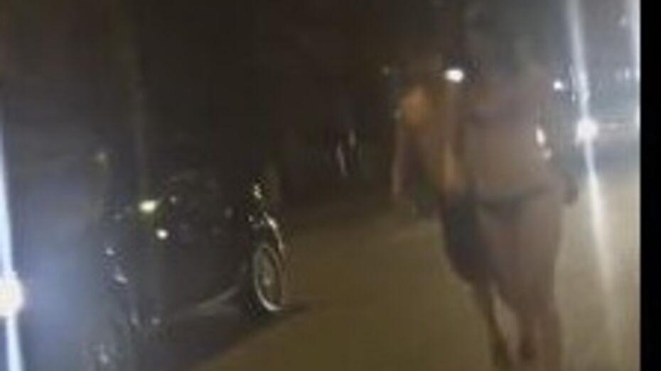 В сети появилось видео гуляющих по Воронежу голых людей