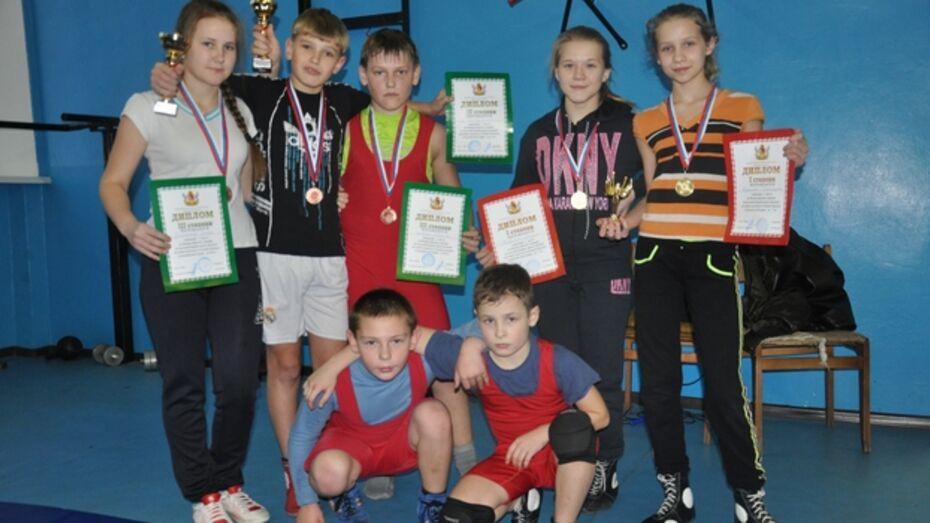 Репьевские борцы завоевали шесть наград на всероссийском турнире в Воронеже