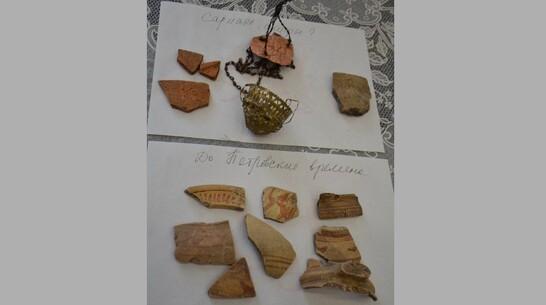 Фрагменты посуды скифских и допетровских эпох подарил Верхнемамонскому музею житель района