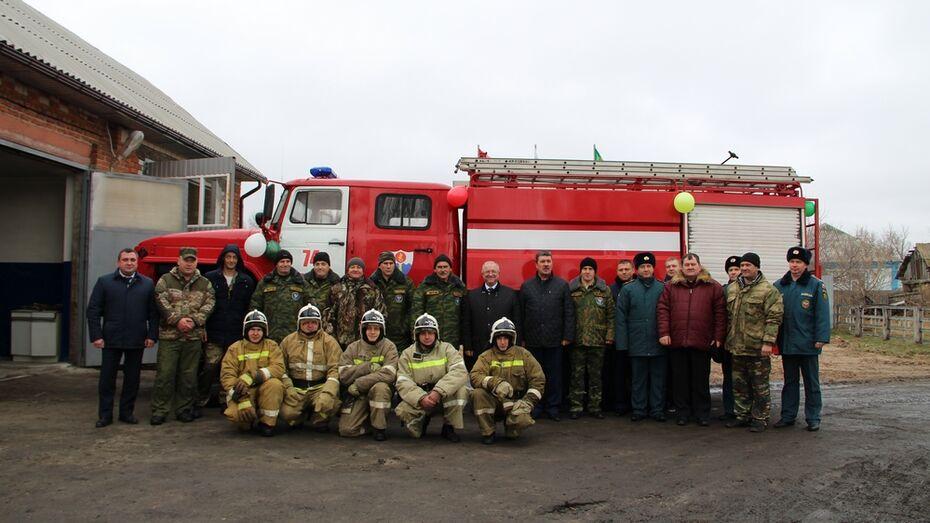 В таловском селе Новая Чигла открыли новый бокс для пожарной машины