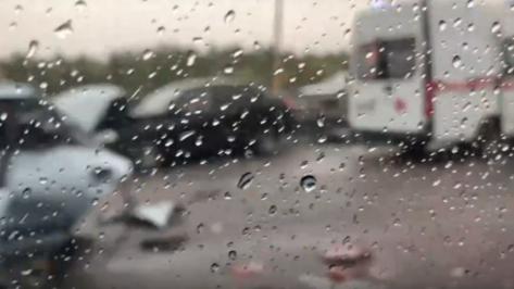 В соцсетях появилось видео с последствиями массового ДТП на трассе М-4 «Дон» в Воронеже