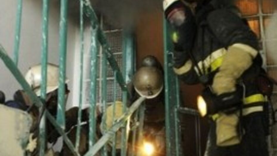 Спасатели эвакуировали 20 человек из горящего дома в Воронеже