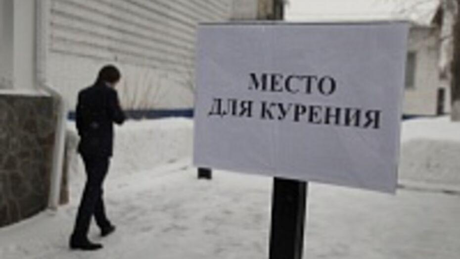 Воронежца привлекли к ответственности за курение на детской площадке