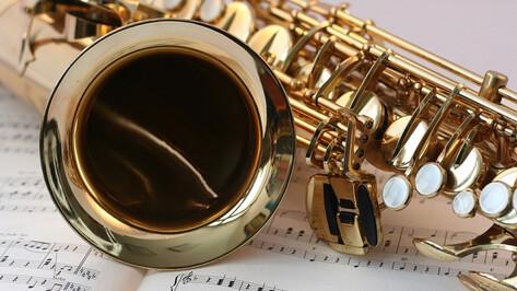 Для заскучавших в самоизоляции воронежцев во дворе дома сыграл саксофонист