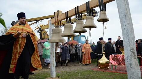 В Острогожском районе освятили возведенную по проекту местных школьников колокольню
