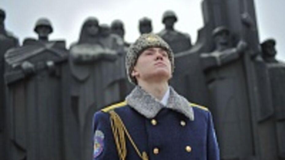 Воронежские власти, ветераны и военные возложили венки к могиле Неизвестного солдата