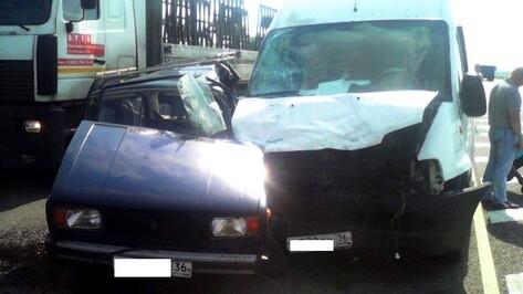 Воронежец на «ВАЗе» погиб при столкновении с микроавтобусом