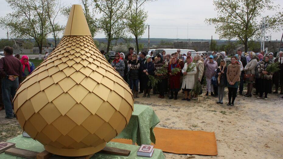 На храме в ольховатском поселке Гора установили купол и крест