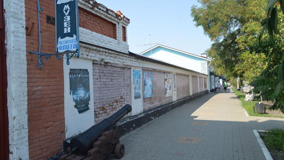 Петербургские художники распишут старую кирпичную стену в Павловске