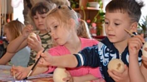 В Павловске прошли мастер-классы по росписи пасхальных яиц