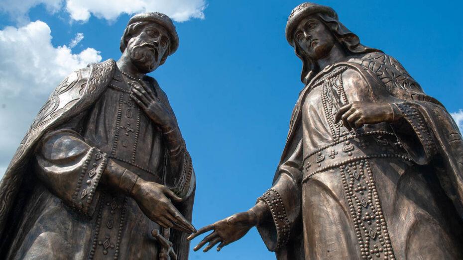 Памятник с большой миссией. Под Воронежем установили скульптуры Петра и Февронии