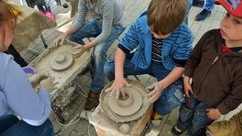 На благотворительном фестивале воронежцы научились лепке из глины