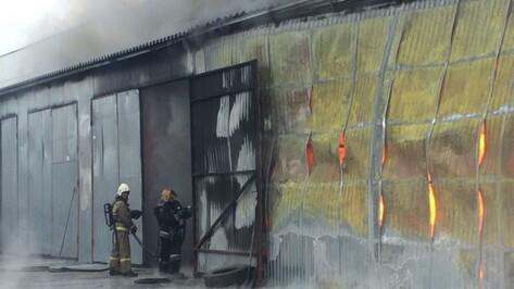 Спасатели потушили пожар на складе шин в Советском районе Воронежа